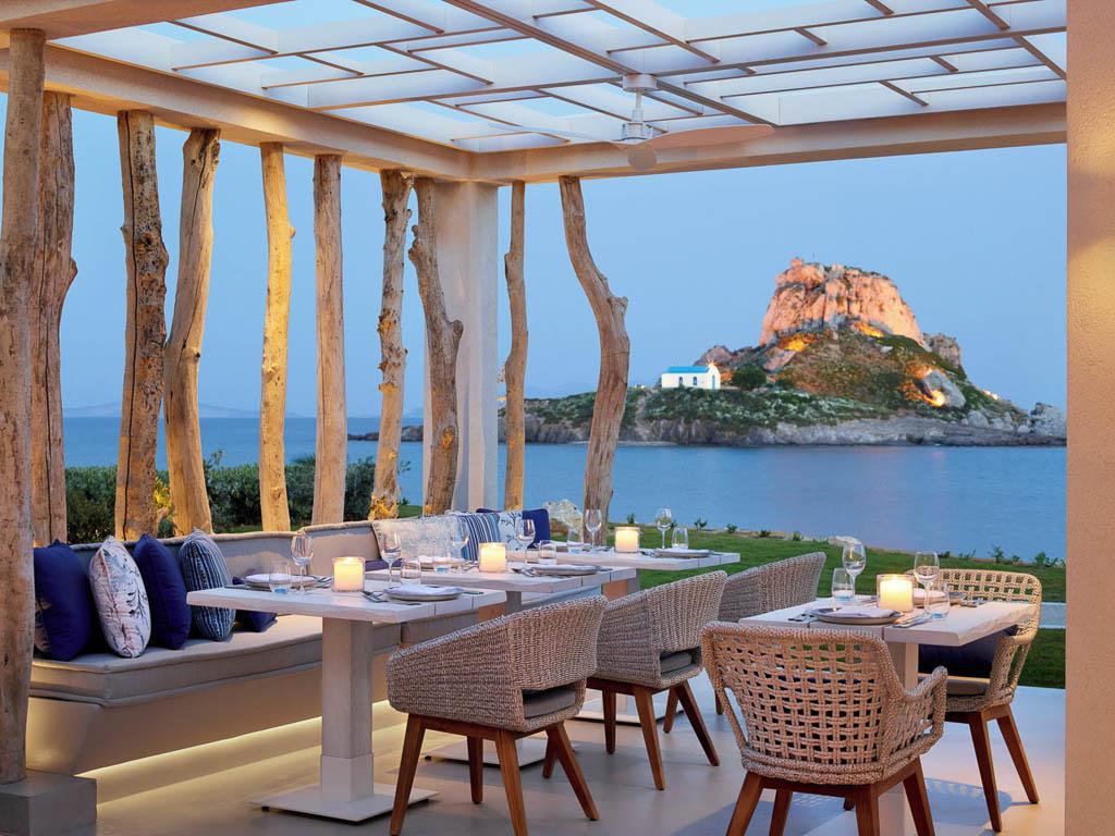 Ikos Aria All-Inklusive Luxushotel Restaurant Ouzo Greek A La Carte mit Blick zur kleinen Insel