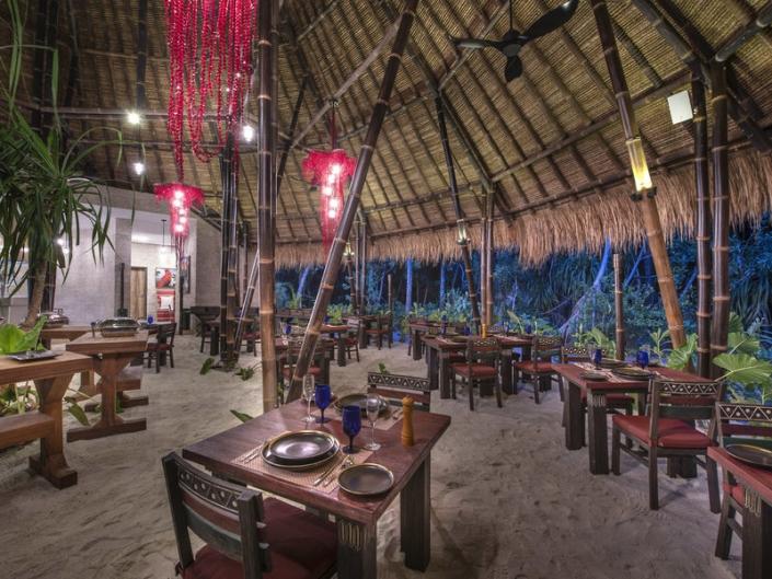 Emerald Maldives Resort Das Restaurant im Abendschein