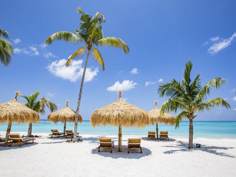 Emerald Maldives Resort traumhafte Liegen am Strand