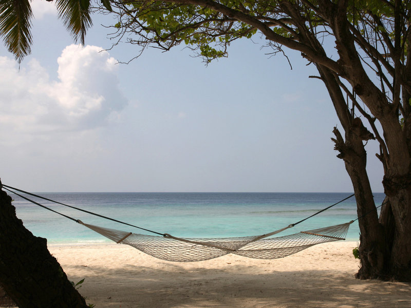 Soneva Fushi Malediven Idyllische Hängematte am Strand