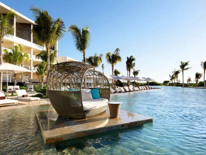TRS Coral Hotel Cancun - Liegen im Pool Costa Mujeres