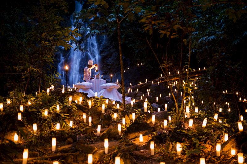 Romantisches Dinner am Wasserfall