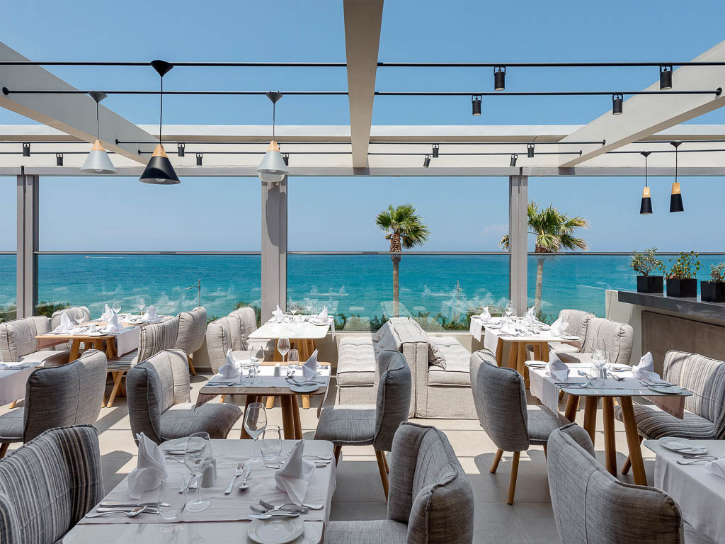 Hauptrestaurant mit Blick aufs Meer