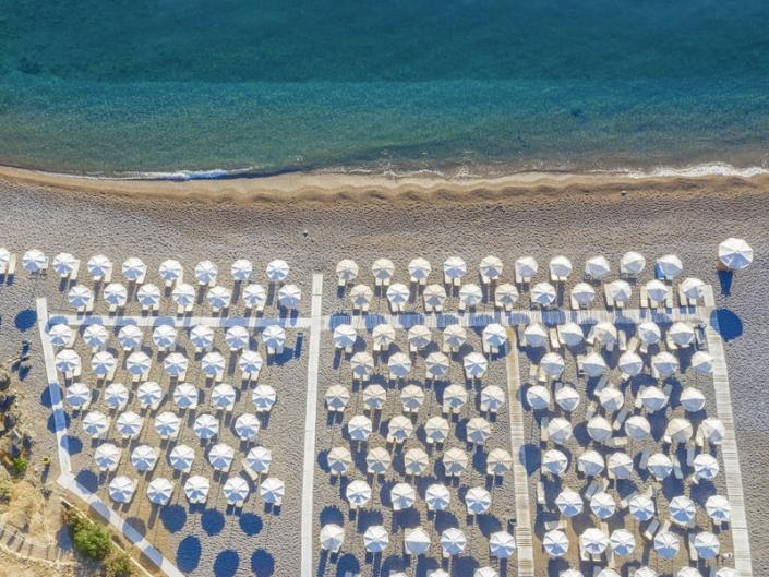 Lindos Grand Resort und Spa Strand mit Liegen