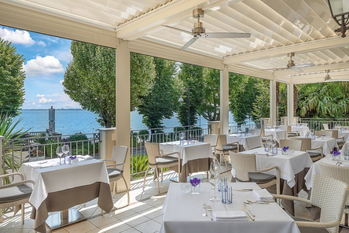 Im Restaurant mit Blick auf den See