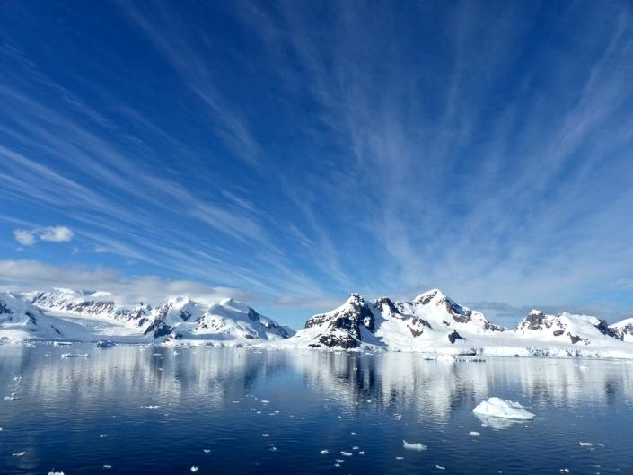 Antarktis Berge auf dem Weg zur totalen Sonnenfinsternis