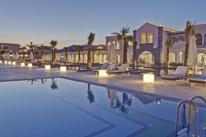 Anemos Luxury Grand Resort Kreta Am Pool am Abend