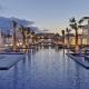 Anemos Luxury Grand Resort Kreta Der Aussenpool in der Dämmerung