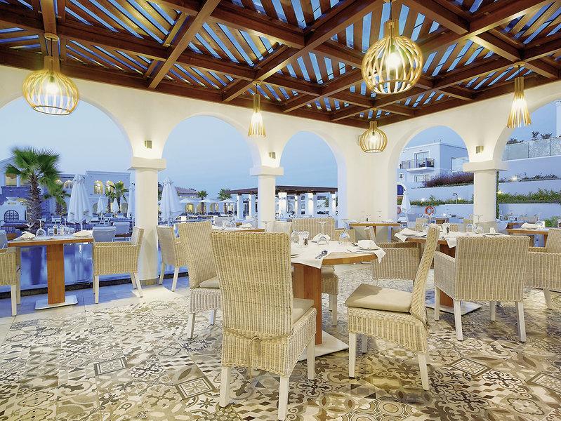 Im Restaurant am Abend stillvoll dinieren