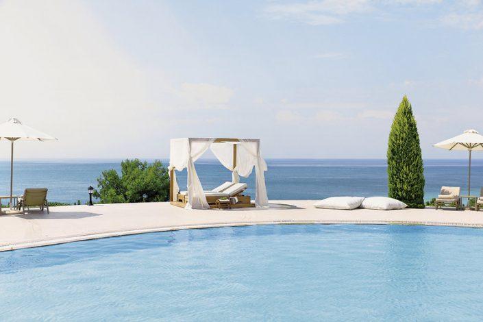 Ikos Oceania 5-Sterne Luxus Relaxliegen am grossen Pool