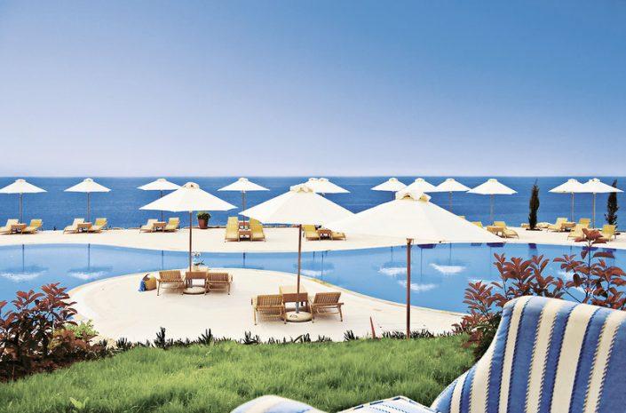 Wahre Farbenpracht am Pool im griechischen Weissblau