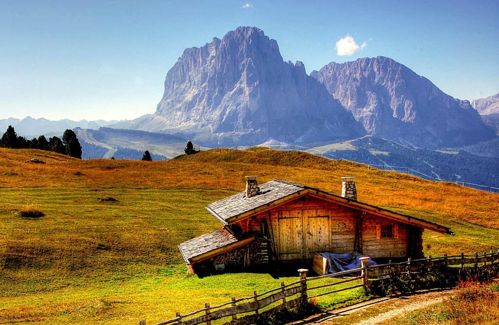 Bergmassiv mit Schutzhütte in den Dolomiten