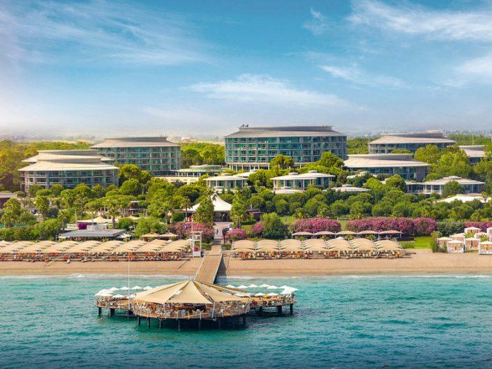 Calista Luxury Resort Familienurlaub - Hotelansicht mit Badeinsel