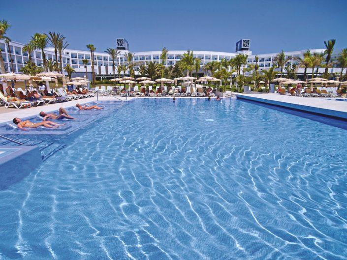 RIU Palace Meloneras Kanaren - Am Relaxpool mit Wasserliegen