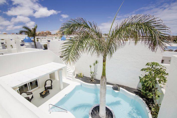 Blick von der Dachterrasse auf den Private Pool