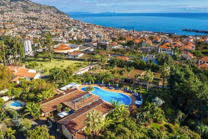 Blick auf das Hotel, Funchal und das Meer