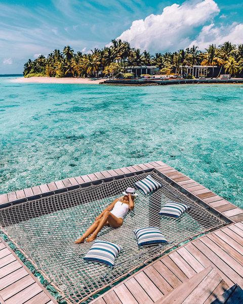 Schwebend über dem Meer entspannen