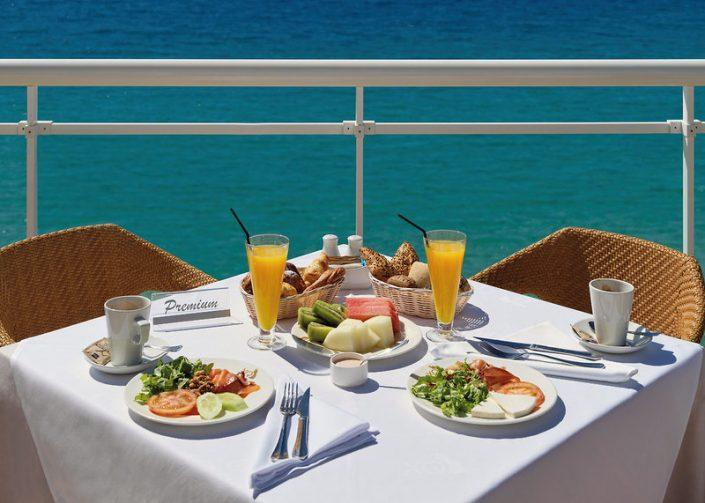 XQ El Palacete Fuerteventura - Endlich Frühstück unter blauem Himmel am Meer