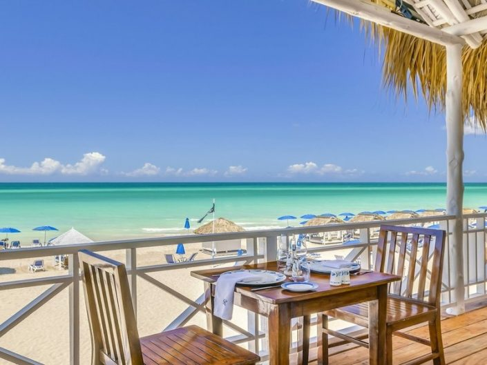 Speisen am Strand mit Blick auf die Karibik