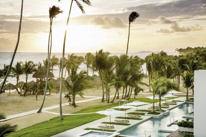 Blick über den Strand mit Pools