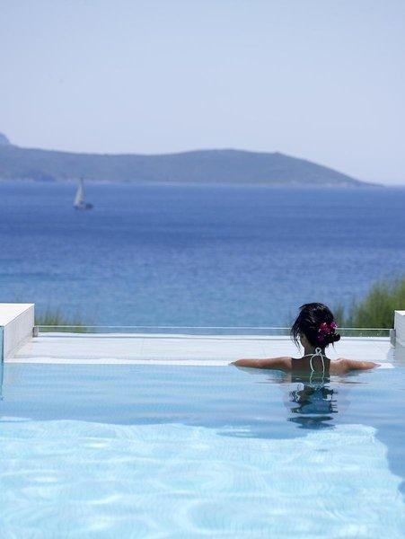 Proteas Blu Resort Samos - Mit Blick vom Pool auf die Ägäis