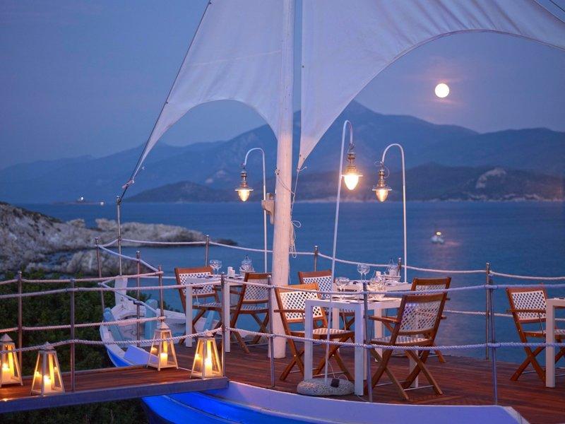 Proteas Blu Resort Samos - Gourmetrestaurant am Strand am Abend