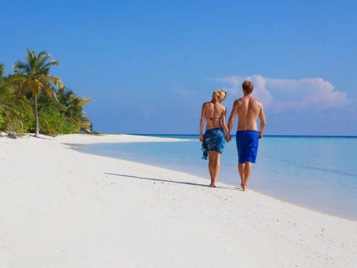 Komandoo Island Resort Malediven - Romantischer Spaziergang zu zweit am Strand