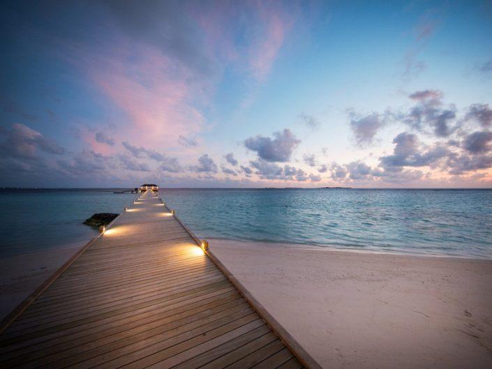 ROBINSON Noonu Malediven - Abends am Kay den Indischen Ozean geniessen