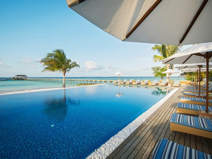 ROBINSON Noonu Malediven - Am Pool entspannen