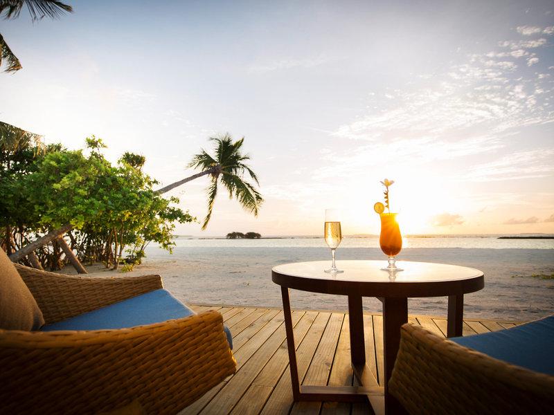 ROBINSON Noonu Malediven - Ein Drink am Abend als Sundowner zum Ozean