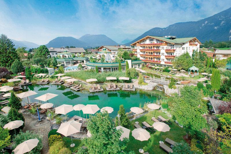 Blick über Badeteich und Resort