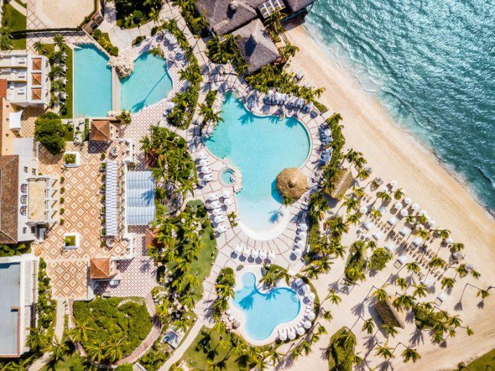 Aus der Vogelperspektive auf Pools und Strand