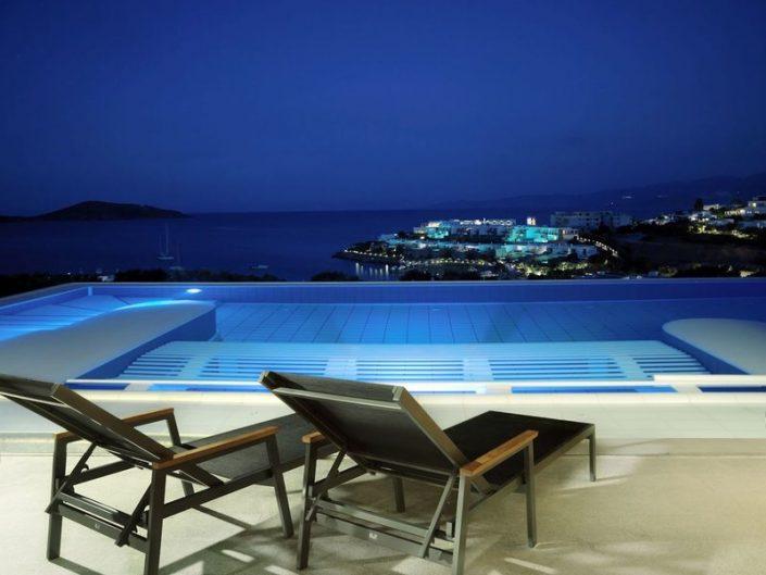 Am Pool bei Nacht