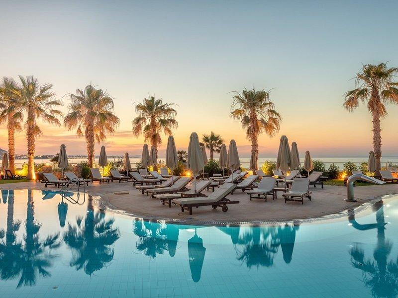 Abendstimmung bei Sonnenuntergang am Pool