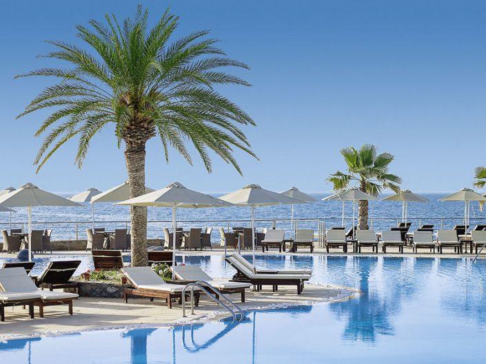 Blick über den Pool und das Mittelmeer