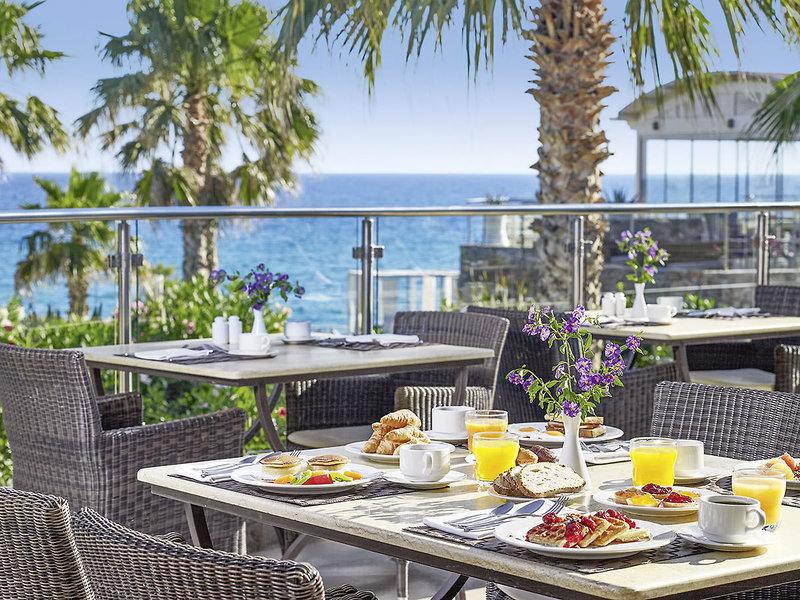 Frühstück unter blauem Himmel am Meer