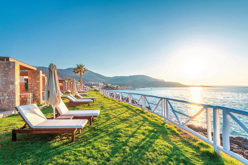 Ikaros Beach 5-Sterne Luxury Resort & Spa - Entspannungsliegen im Garten gegen Abend