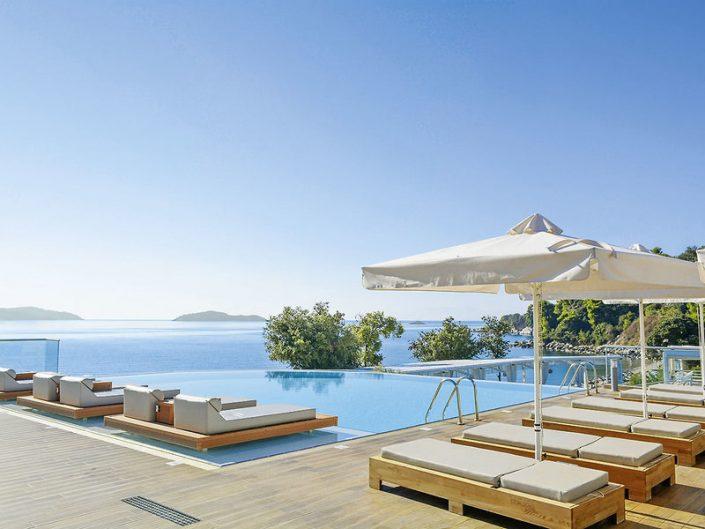 Kassandra Bay Skiathos Griechenland - Vom Pool auf das blaue Mittelmeer blicken