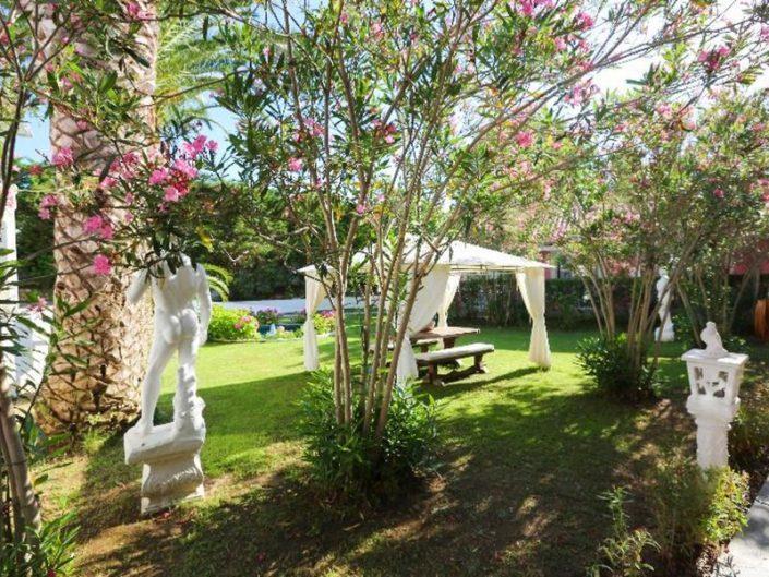 Mandraki Village Skiathos - Lauschige Entspannungsecken im Garten