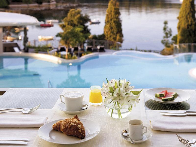 Frühstück unter freim Himmel mit Blick auf das Meer und den Pool