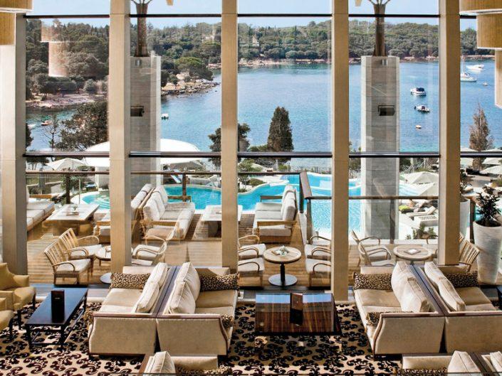 Blick aus der Lounge über den Pool bis zur Bucht