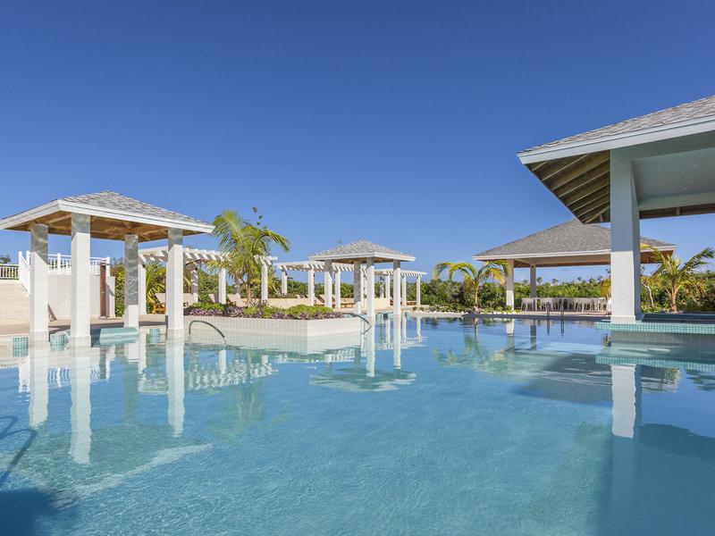 Paradisus Los Cayos Kuba - Am Hauptpool mit Sonnenliegen