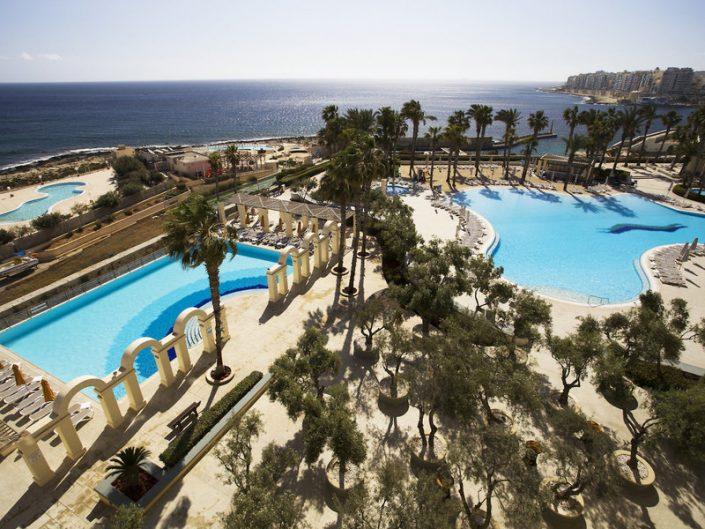 Hotel Hilton Malta - Über die Pools auf das Meer sehen