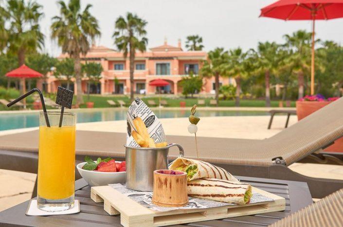 Cascade Wellness Resort Algarve - Ein kleiner gesunder Snack am Pool