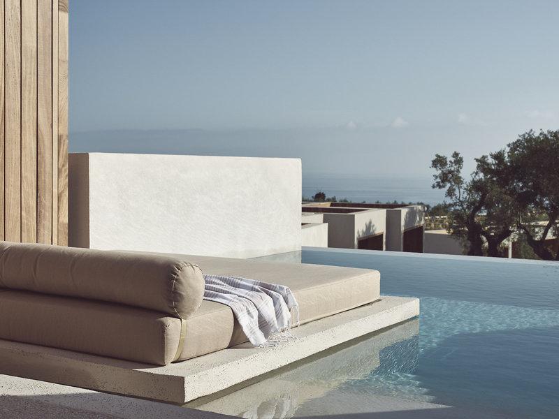 Olea All Suite Zakynthos - Private Pool Relaxliege mit Blick über das Meer