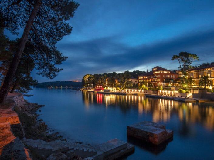 Gegenüber das Hotel - romantisch beleuchtet