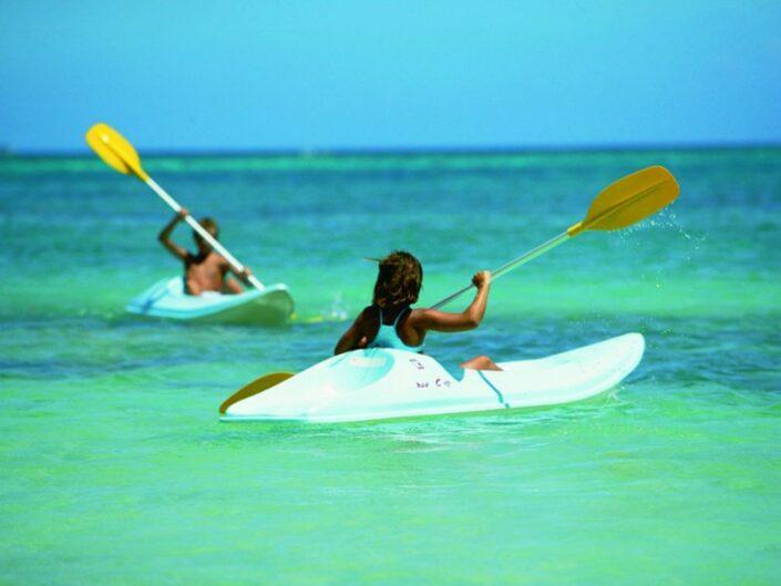 Le Cardinal Resort Mauritius - Paddeln im Meer, auch für die Kleinen