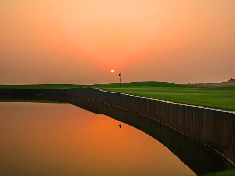 Oberoi Beach Resort Ajman - Sonnenuntergang über dem Golfplatz