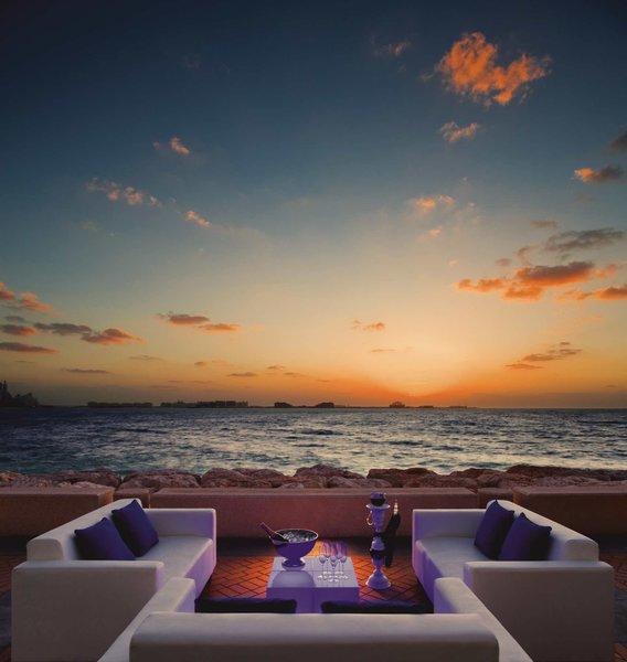 Burj Al Arab Jumeirah Luxushotel - Am Strand an der Bar bei romantischem Licht