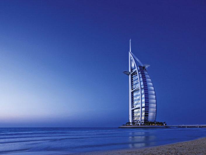 Burj Al Arab Jumeirah Luxushotel - Hotel der Superlative im Blick am Abend